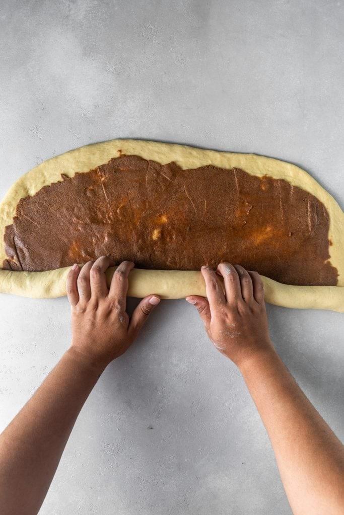 How to roll cinnamon rolls
